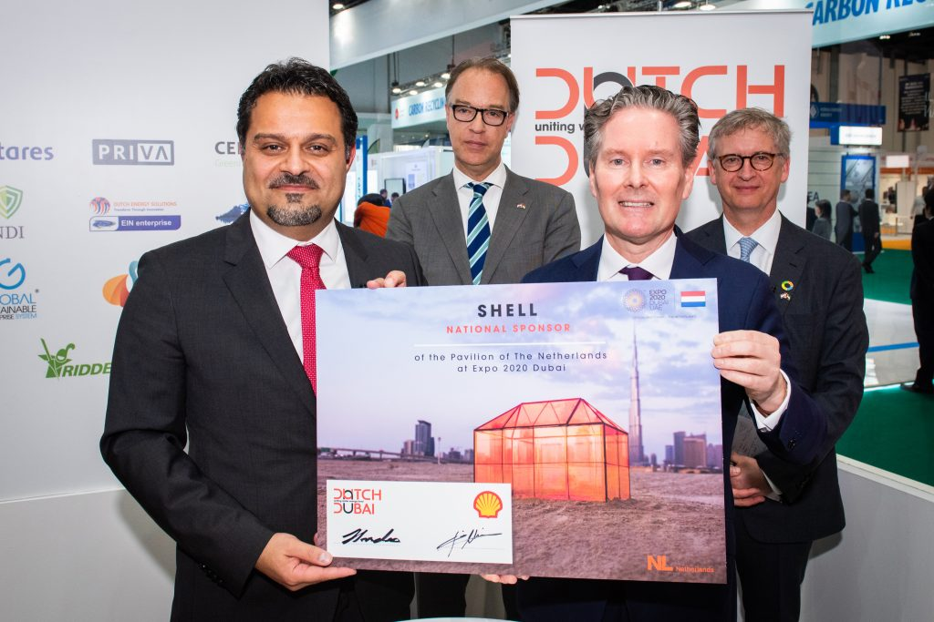 Photo of the signing event for Shell as National Partner of Dutch Dubai_People holding an official document